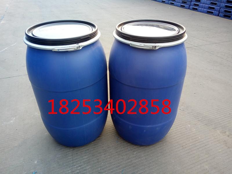化工塑料桶200KG化工专用塑料桶200公斤塑料桶生产厂家 庆云新利塑业有限公司、销售热线:18253402858 1:产品介绍: 采用UHMWPE(超高分子量高密度聚乙烯)生产。供应河南优质200L双环桶200闭口塑料桶200L蓝色塑料桶具有高强度耐腐蚀,耐酸碱,抗氧化等特点,使用寿命长。使用广泛,可广泛用于化工,石油,医药,食品等行业的包装。桶盖螺纹结构简练,灌装,清洗,装卸方便,可采用集装箱运输。 2:产品主要技术参数: 密封试验:120+1秒时间内试样倾斜45,往复摇晃不渗漏。 跌落试验:注入20