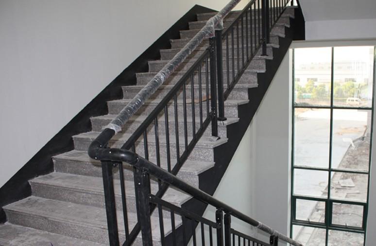 主要应用于建筑工程。家庭、公司、公园、广场、商场等用途广泛。外观极具现代感。 说明:不锈钢楼梯扶手为现在多数商场广泛应用, 手感好,有现代感,好打扫卫生,最主要的是不生锈,使用寿命长等特点广受欢迎。 产品规格:立柱:50*50 40*40 45*45 横梁:32*32 40*40 45*45 竖杆:16*16 19*19 25*25 面管:40*80腰圆/椭圆 30*60腰圆/椭圆 高度:根据客户要求订做 长度:根据客户要求订做 适用范围:小区、别墅、厂区、家用等 公司简介 苏州市相城区北桥四季红五金制品
