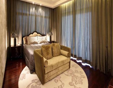 电动窗帘在家里的客厅