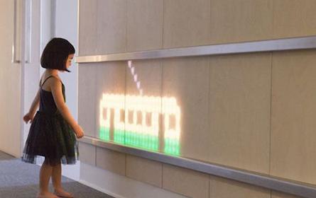 这块医院墙壁能变成绚丽 LED 屏幕,还能与孩子互动