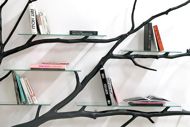Errazuriz 的其他作品,像是 Metamorphosis Shelf、Tree Table 等等,走的也是类似路线,沿着墙面而生的树枝或者相互交缠,直接乘载着书本的重量,或者横倒于地,甘心成为玻璃桌的桌脚。Errazuriz之所以喜欢这种不单纯「简单」的设计风格,是希望人们最终能从中发现一点明显的变化,不然老是一成不变,无形间好像也少了点趣味。