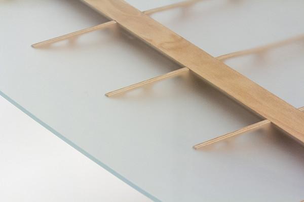 木制结构飞机映射到现代桌子