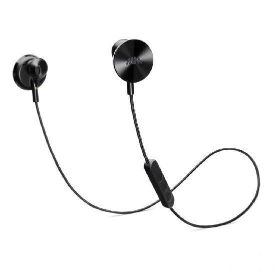 EPs的设计灵感来源于黑胶唱片,它的圆碟形部分可通过磁力彼此吸附,即使是在不使用时也能被固定在脖子上,使用起来非常方便。此外,它还内置麦克风和音量控制按键,耳机线表面由织物所包裹,不容易损坏,耳机本身也采用了更大的14mm驱动单元,音质情况目前还不是很清楚,不过对于一款耳机来说音质确实是很重要的一个方面。   而且它的表面还印刻有left and gone和right and wrong这样无厘头的标语来区分左右,也使得它更加带有趣味。不过,这副耳机每次在连接蓝牙时都会播放Will.