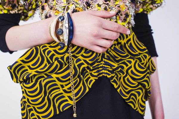 在2017年Cruise系列中,Dior迪奥女郎将旅途视为其灵感之源。她的手镯巧妙玩味不同材质与色彩,乌木、皮革、珐琅、宝石和金属相互叠加,组合成令人惊艳的整体。斑马纹和长颈鹿印花与系列灵感遥相呼应,更向Dior迪奥先生珍爱的兽纹图案致敬。