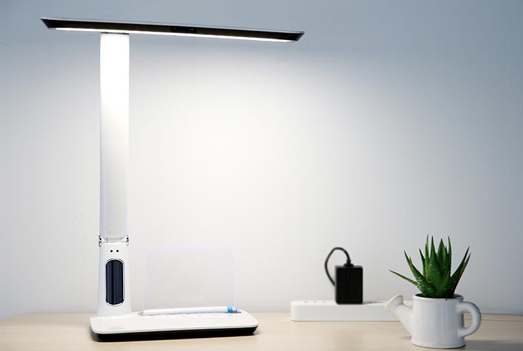 利用传感器监测坐姿的rock智能台灯新品发布图片