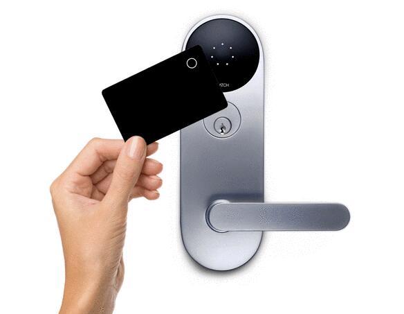 这款智能门锁名称当中的字母M代表榫眼,即凹进设计插销分离开闩锁的圆柱体,相比其它大多数智能门锁更加独特,因此这款智能门锁更受商业用户和公寓大楼用户欢迎。   另外,这款门锁内置广角相机,每一次有人使用该锁,广角相机就拍摄一次,并留下记录。这款智能门锁智能还支持通过APP联网更换门铃音乐。除了普通的使用钥匙开锁之外,用户还可以使用NFC智能卡或在门锁的键盘上输入开锁密码,更加智能安全。